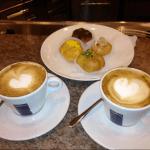 una bella colazione a fregene, cappuccino e cornetto